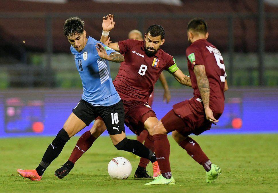 Facundo Torres rodeado de jugadores venezolanos en el partido jugada en Caracas el martes 8 de junio por Eliminatorias