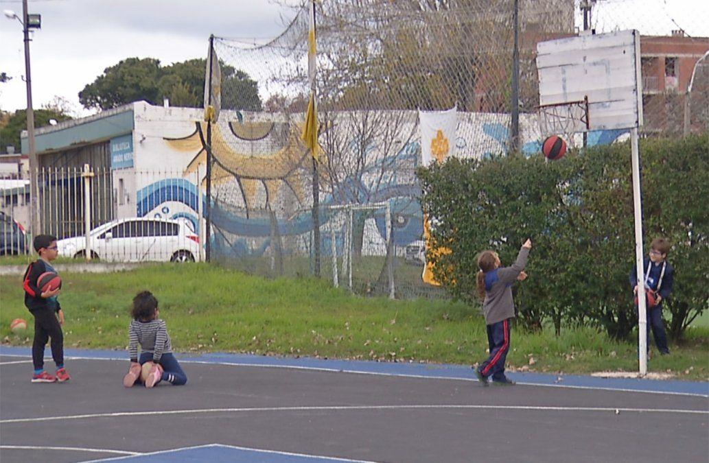 Unión de jueces brinda clases de básquetbol gratuitas para niños en Colón