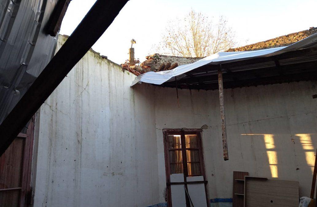 Se derrumbó el techo de su casa y vive con su familia en la sala velatoria del pueblo