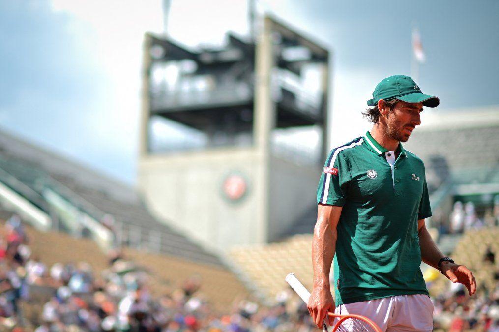 Pablo Cuevas durante el partido ante Nole Djokovich en segunda ronda de Roland Garros. Fue eliminado por quien luego resultara campeón. Luego de la derrota se fue a Lyon.