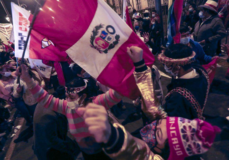 Partidarios de Castillo celebra el resultado de los comicios en Lima.