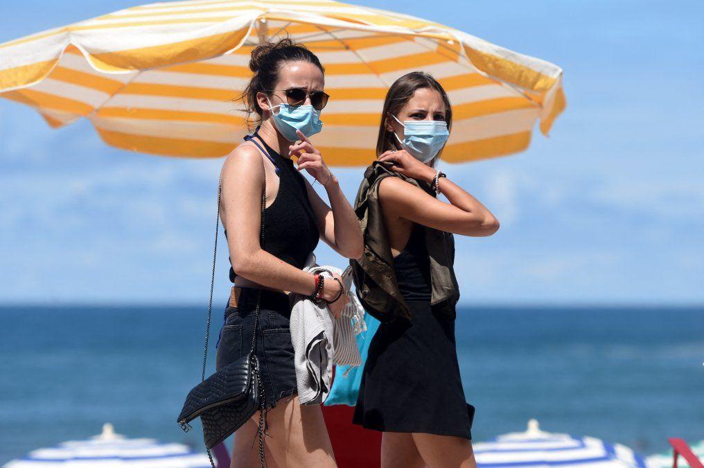 Bañistas en Biarritz en agosto de 2020