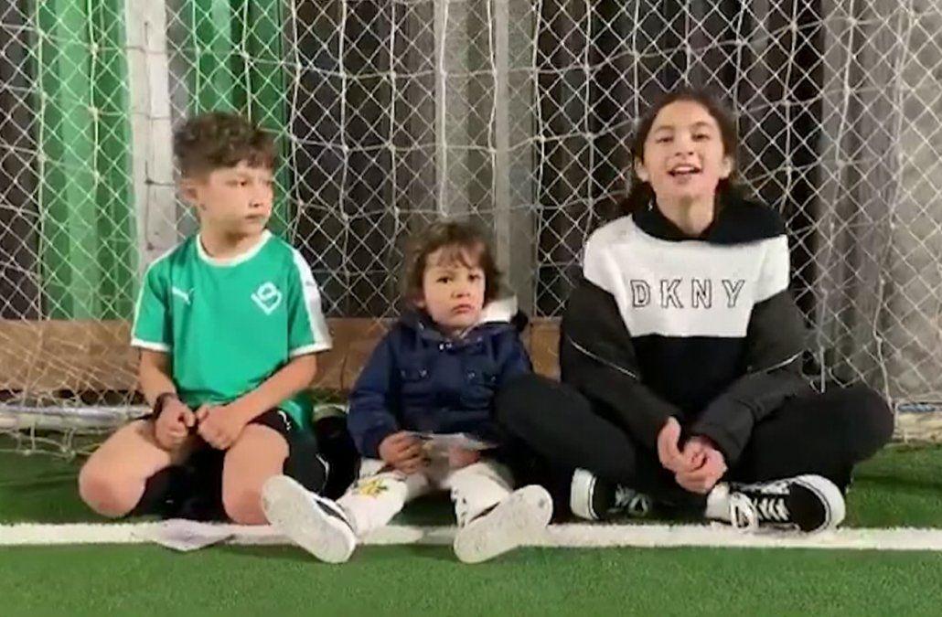 Los tres hijos de Luis Suárez en el video.