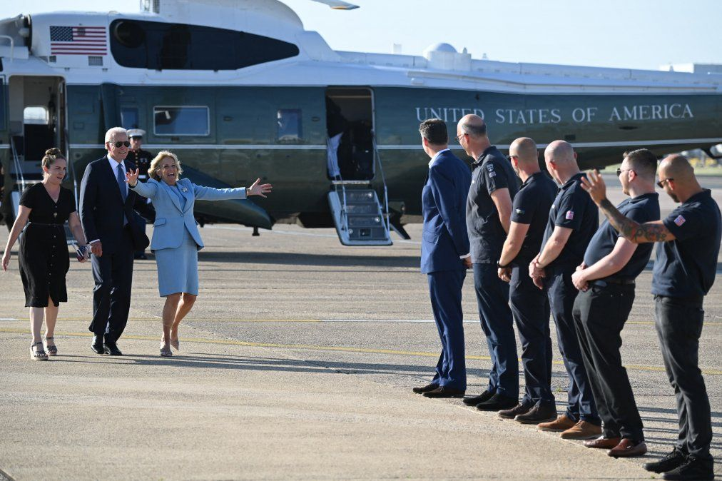 El presidente de EE.UU. Joe Biden y la primera dama Jill Biden regresaron al aeropuerto de Heathrow después de haber asistido a la cumbre del G7 y haber visitado a la reina Isabel II de Gran Bretaña