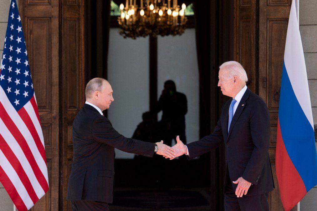 El presidente ruso Vladimir Putin le da la mano al presidente estadounidense Joe Biden antes de la cumbre en la Villa La Grange