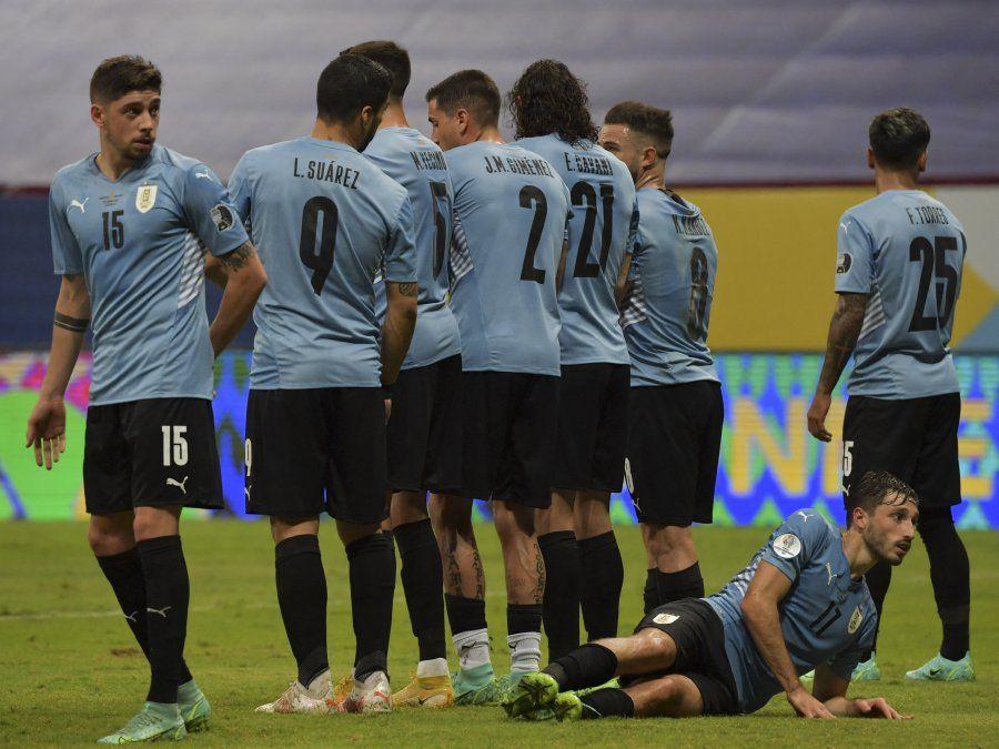 Uruguay y Chile se enfrentan el lunes; enemigos íntimos con viejas heridas