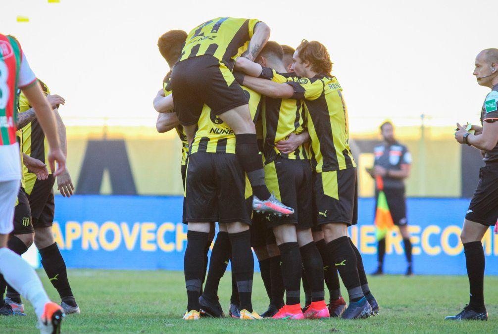 Peñarol le ganó a Deportivo Maldonado 4-0 en el Campeón del Siglo