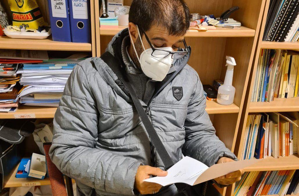 Fernando Pereira lee la carta de Lacalle Pou por cadena contra la ley de urgente consideración (foto: Comisión Pro Referéndum @Yofirmouy)