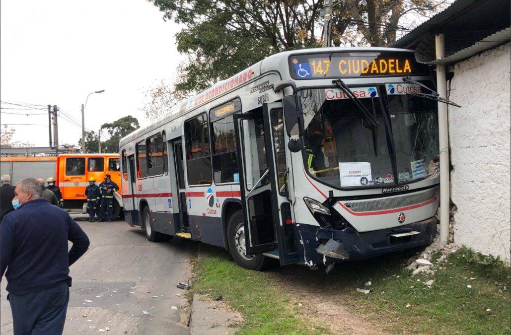Un ómnibus terminó incrustado adentro de un almacén en Peñarol