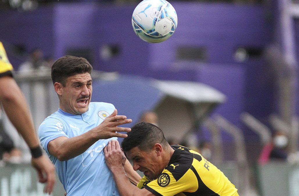 En polémico partido, Peñarol le ganó a Torque con gol de Nahuelpán