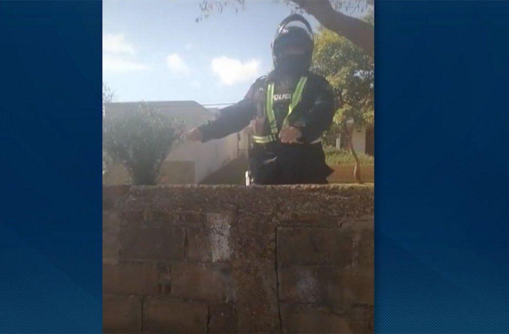 Salto: investigan a policía que fue filmado tirando piedras a una persona