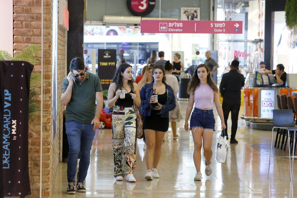 Esta foto fue tomada el 15 de junio en el shopping Dizengoff de Tel Aviv. Ahora las personas deberán volver a circular con tapabocas