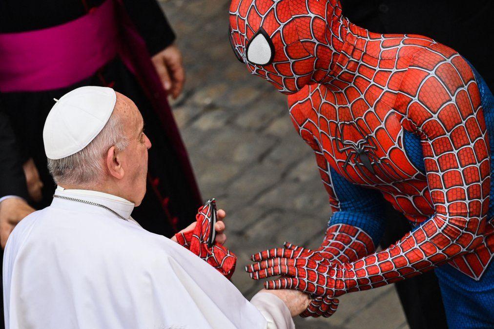 Un hombre vestido con un disfraz del personaje de fantasía de Spider-Man