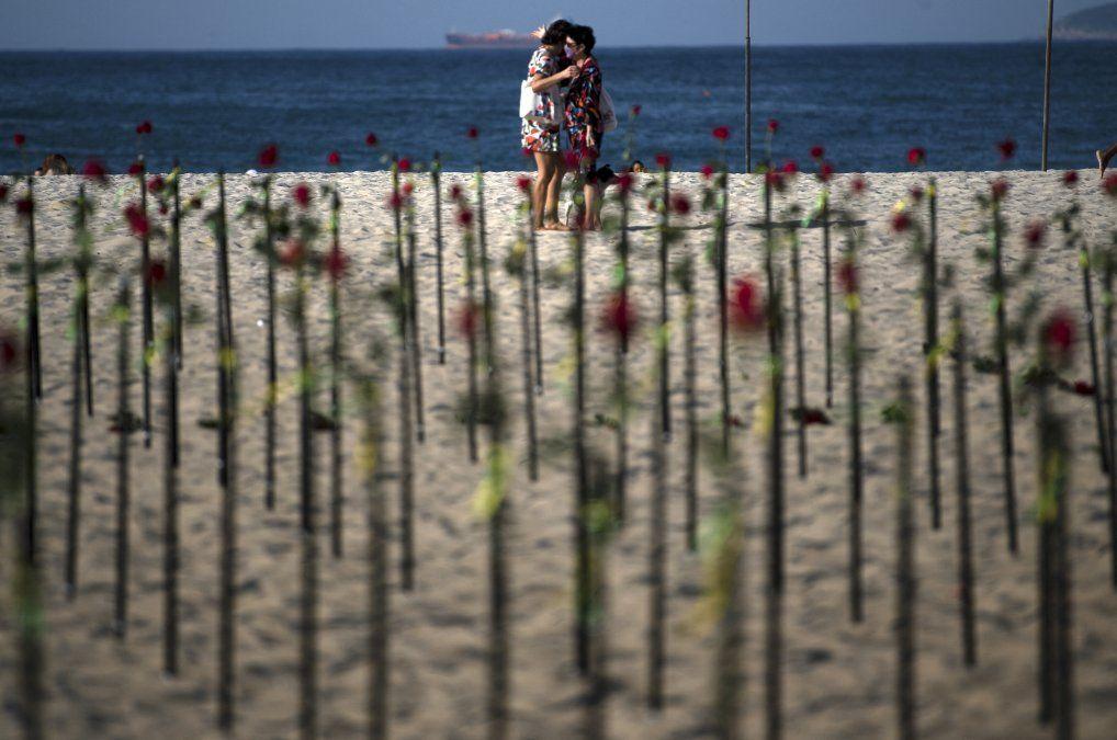 Rosas colocadas por la ONG Río de Paz en la playa de Copacabana