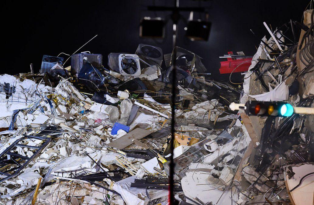 Se eleva a cinco el balance de fallecidos tras derrumbe de un edificio en Miami