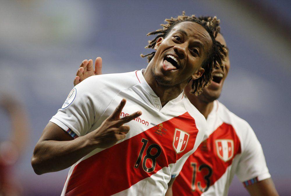 André Carrillo convierte el gol que mete a Perú en cuartos de fnal.