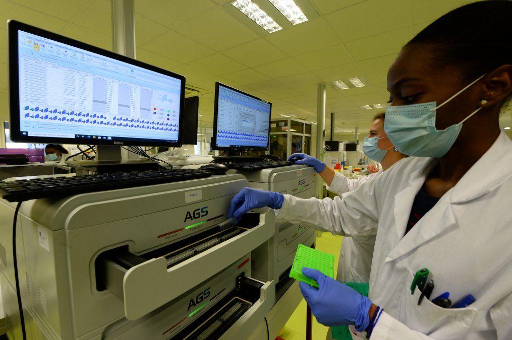 Una experta trabajando en la tecnología de ARN mensajero en el Centro de Salud Leonardo da Vinci en Chambray-les-Tours