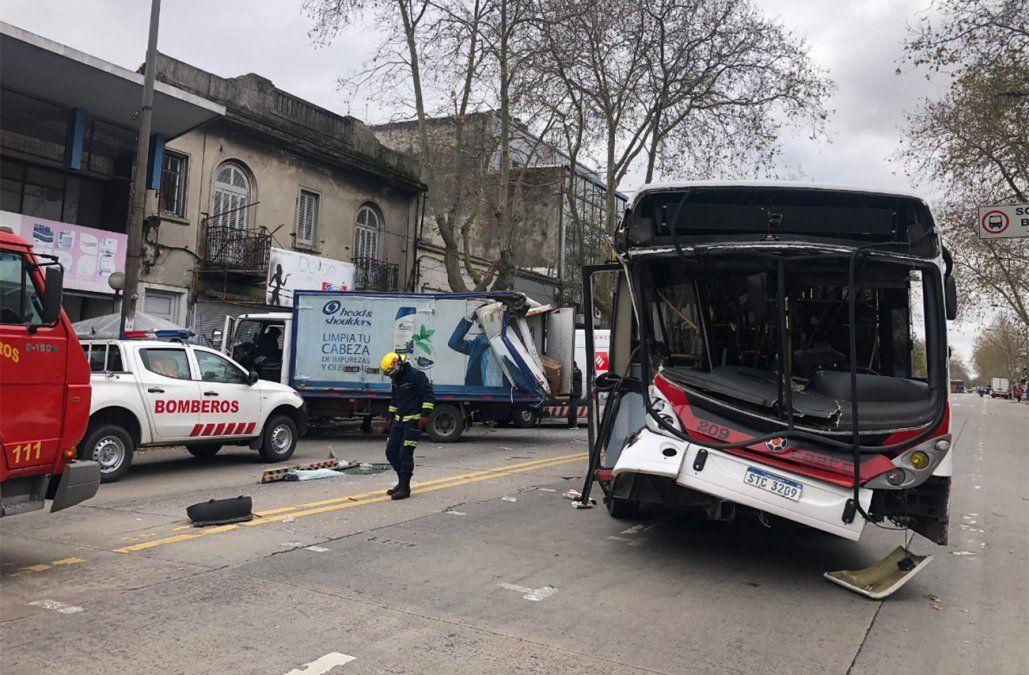 Choque entre un ómnibus de pasajeros y un camión dejó varios lesionados