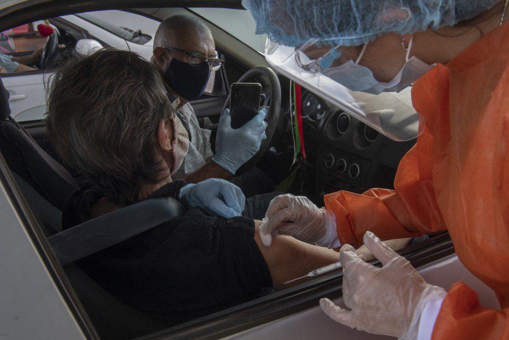 Vacunan a una mujer con Sinovac en el puesto móvil en el Aeropuerto de Carrasco