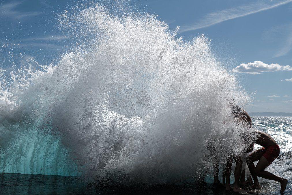 Bañistas juegan en las olas del mar Mediterráneo en Niza