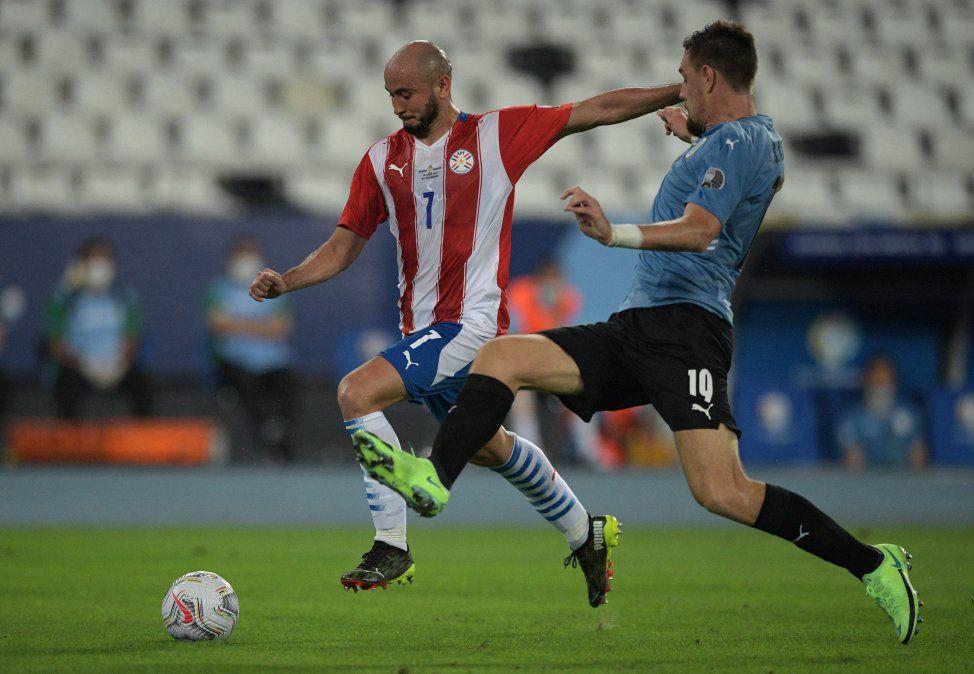 Coates se adelanta a Carlos González de Paraguay.