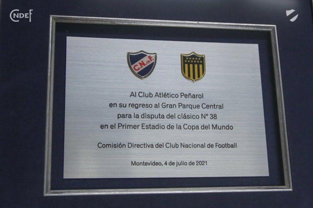 Molestia en Peñarol por la plaqueta que Nacional le entregó en el clásico