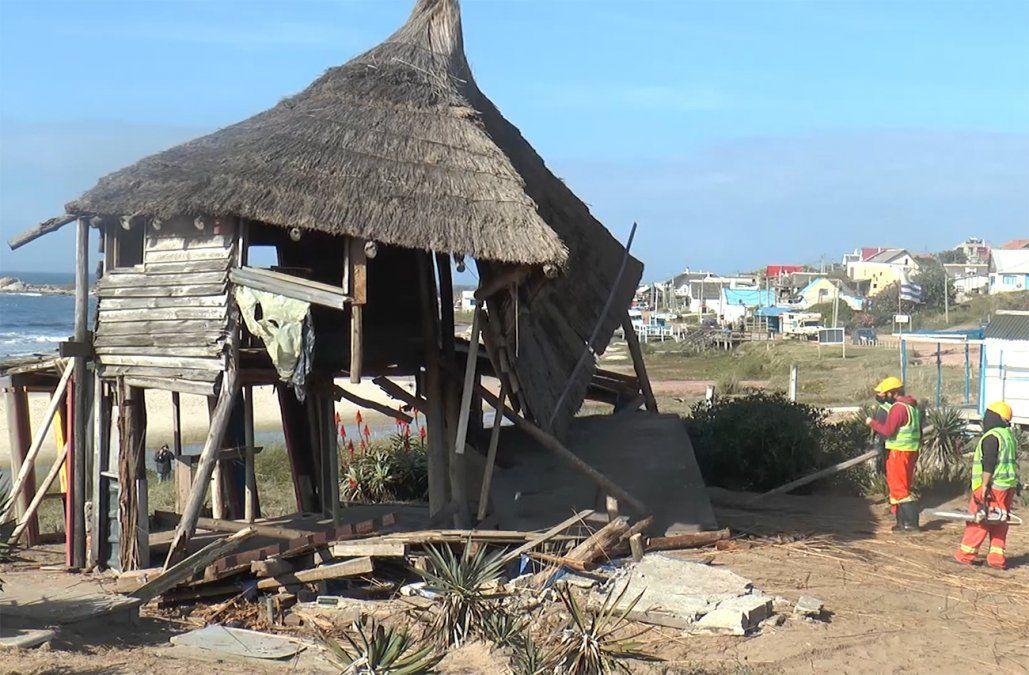 Demolieron rancho irregular construido en la arena a metros del agua en Punta del Diablo