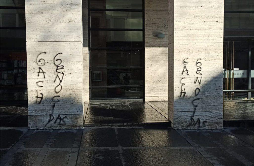 GACH genocidas, las pintadas que hicieron en el Sodre el día del homenaje a los científicos