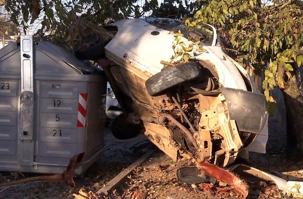 Espectacular accidente: un auto despistó, chocó un muro y terminó arriba de un contenedor