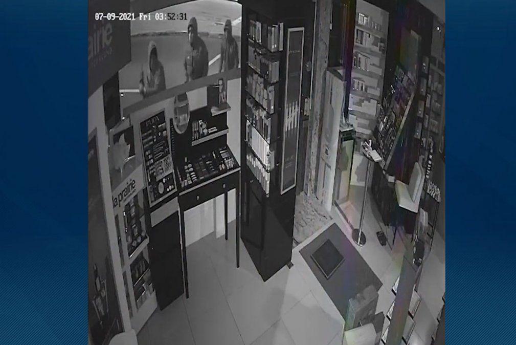 Segundo robo en una perfumería en Tres Cruces: se llevaron decenas de perfumes