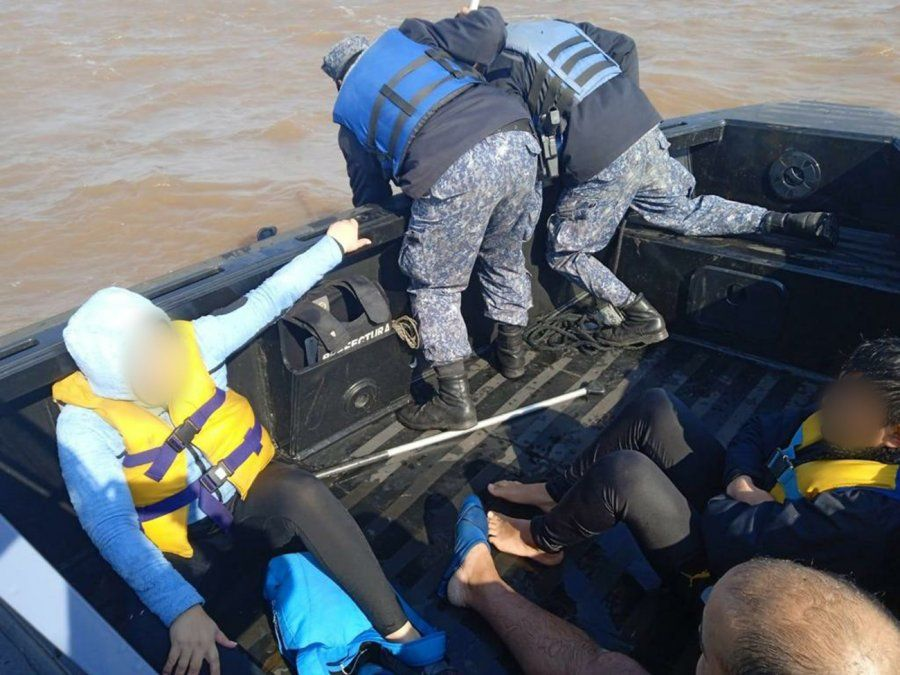 Rescatan a tres personas que cayeron al río tras darse vuelta sus embarcaciones