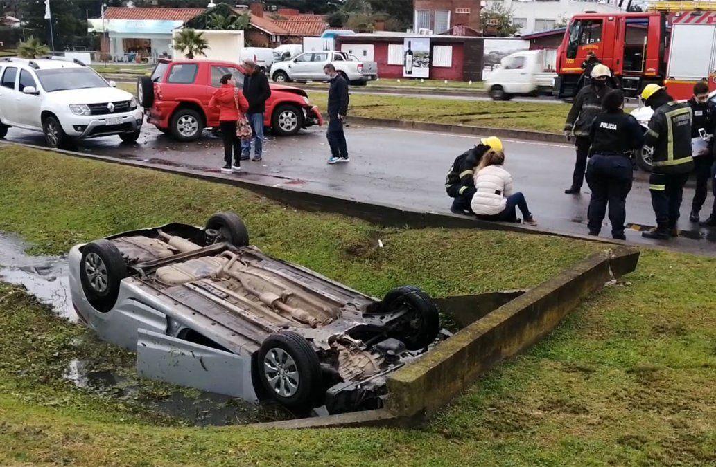 Espectacular accidente en Punta del Este terminó con un auto en una cuneta