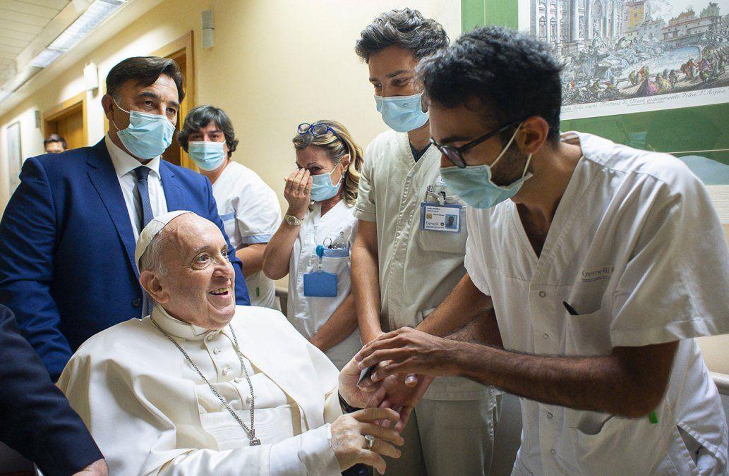 El papa Francisco salió del hospital tras su operación de colon