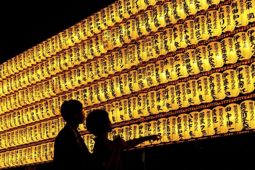 La gente mira linternas de papel durante el festival Mitama