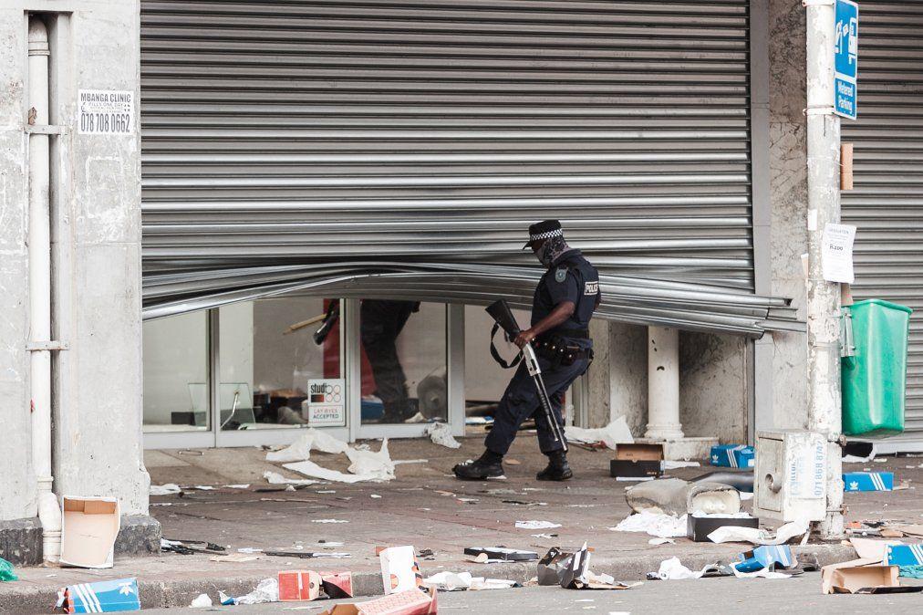 Varias tiendas están dañadas y automóviles quemados en Durban