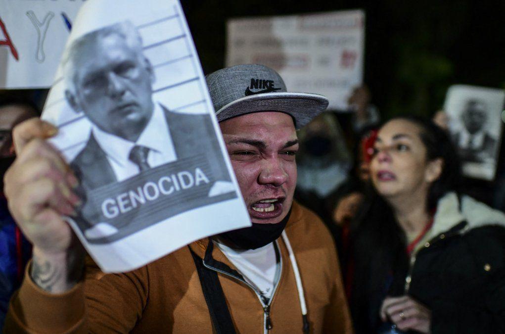 Cubanos protestan frente a la embajada en Buenos Aires. Díaz-Canel calificado como genocida en la imagen