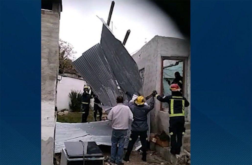 Vientos fuertes y persistentes provocaron voladuras de techos y caída de árboles