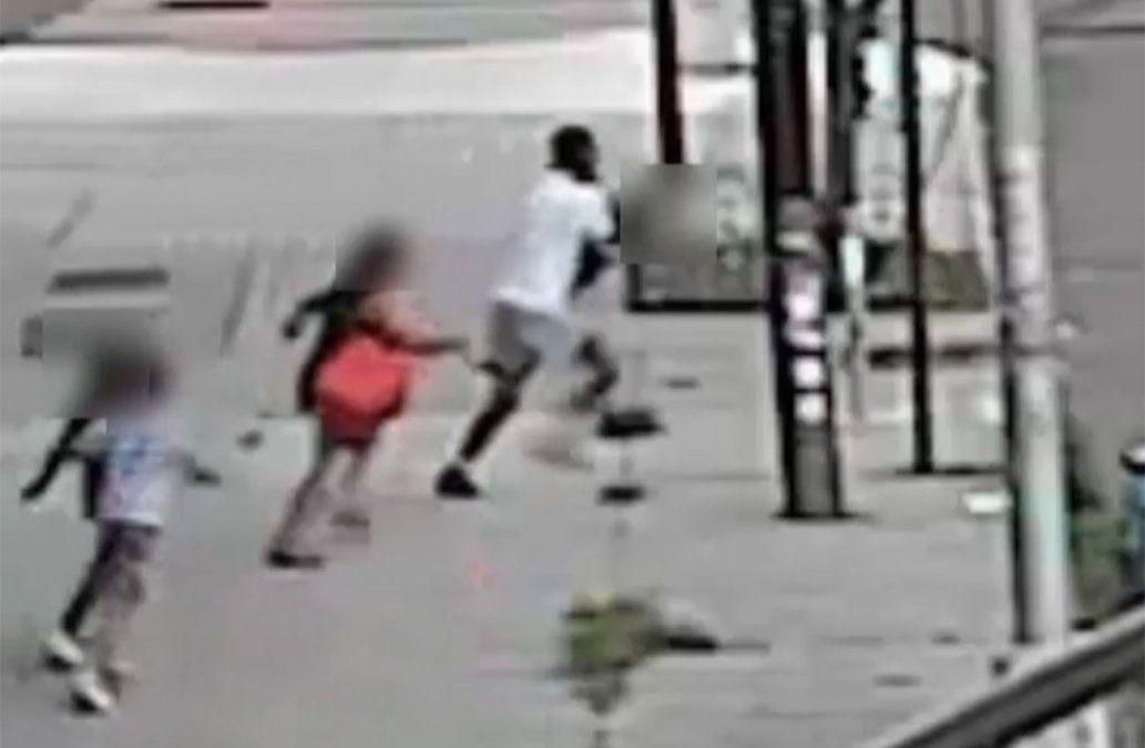 Video: El momento en que una madre salva a su hijo de un secuestro
