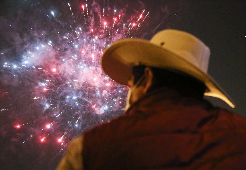 Castillo observa el festejo limeño ante la confirmación electoral