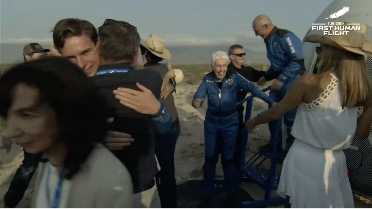 Así fue el viaje espacial de 11 minutos del multimillonario Jeff Bezos en su cohete privado