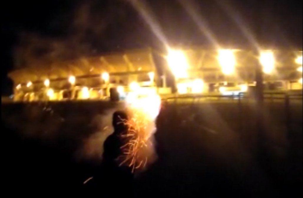 Tiraron fuegos artificiales sobre el Campeón del Siglo y rompieron focos de luz