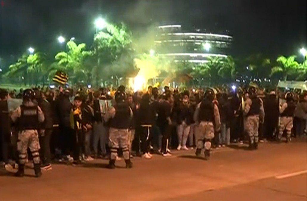 Cientos de hinchas afuera del estadio y en el hotel donde está el plantel