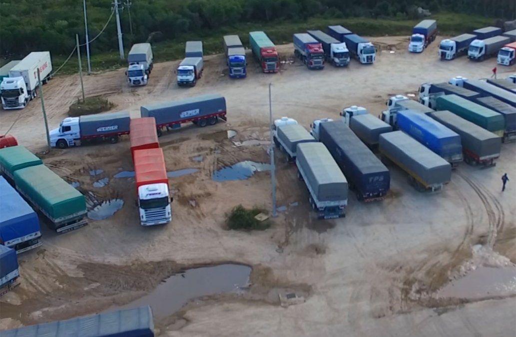 Transportistas de carga denuncian caos en el Puente San Martín