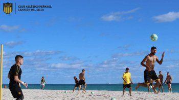 Así entrena el plantel de Peñarol en las playas de Miami