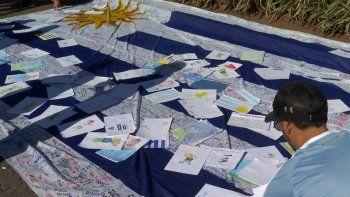 La historia de la bandera que recorrió Uruguay y llegó a la Copa cargada de emoción