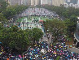 Gigantesca manifestación convoca a cientos de miles en Hong Kong pese a tormenta