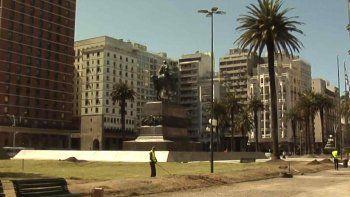 Vuelve el pasto a la Plaza Independencia tras filmación de serie internacional