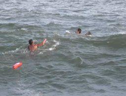 altText(Un guardavidas salvó de ahogarse a un padre y su hijo)}