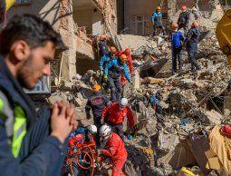 Buscan sobrevivientes a sismo en Turquía, que provocó al menos 38 muertos