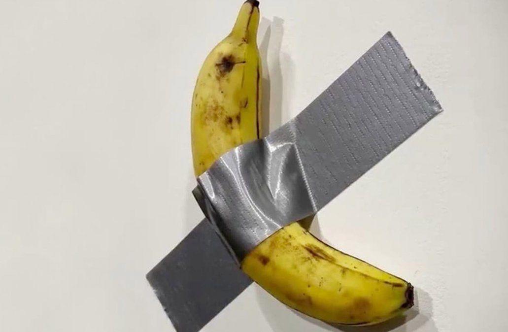 Un artista vende una banana por USD 120.000 y otro se la come